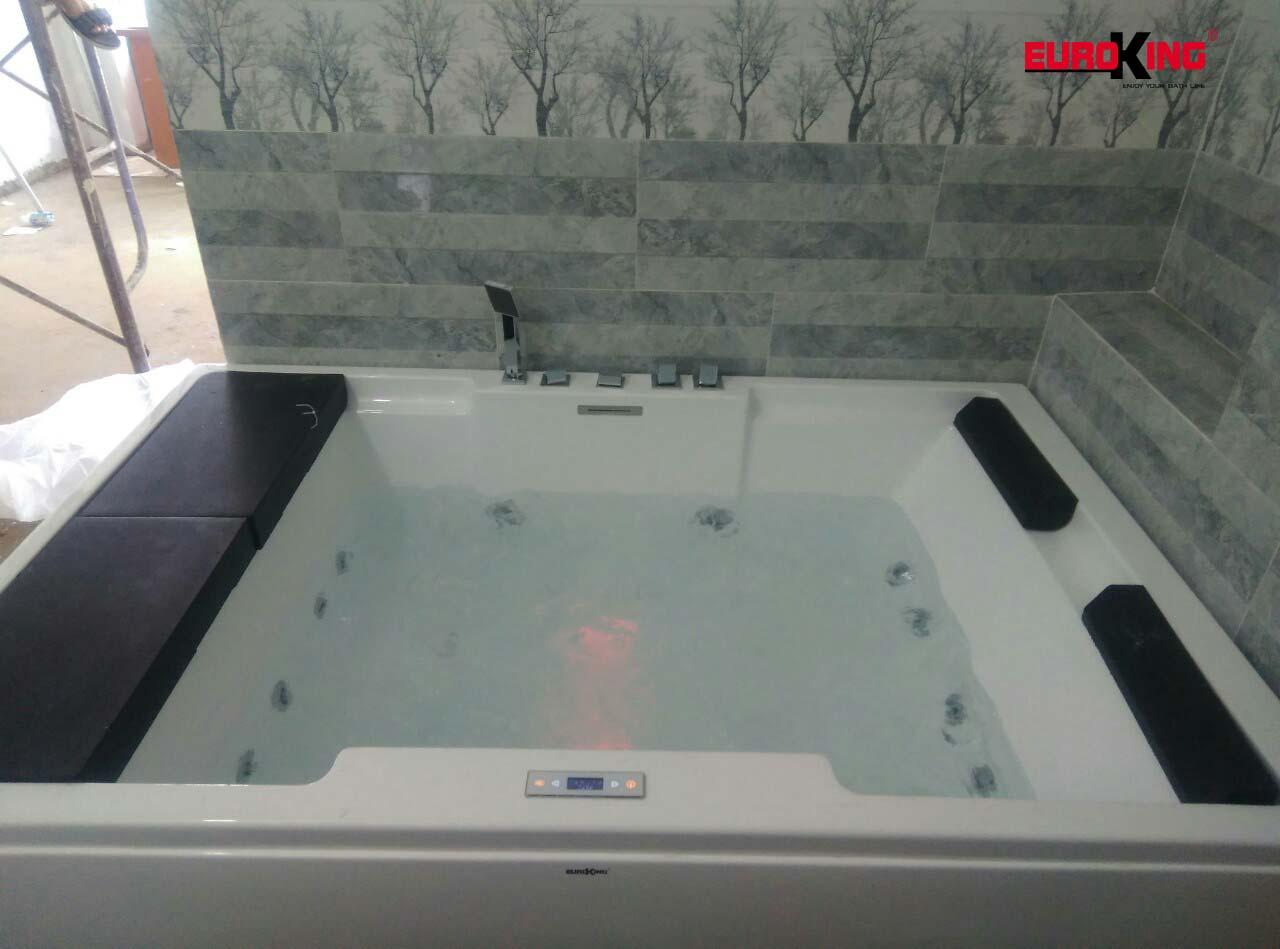 Bồn tắm massage EU-1101A đang hoạt động