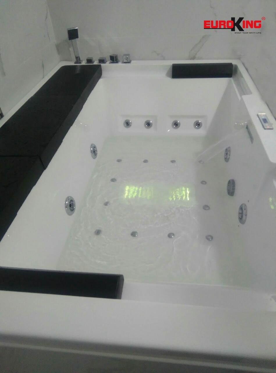 Phía trong lòng bồn tắm massage EU-1102A.