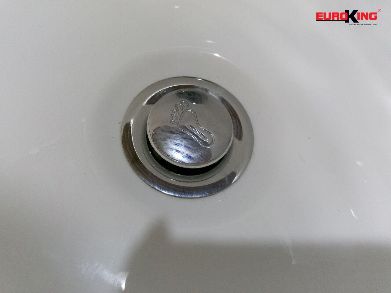 Lối thoát nước của bồn tắm massage EU-1201.