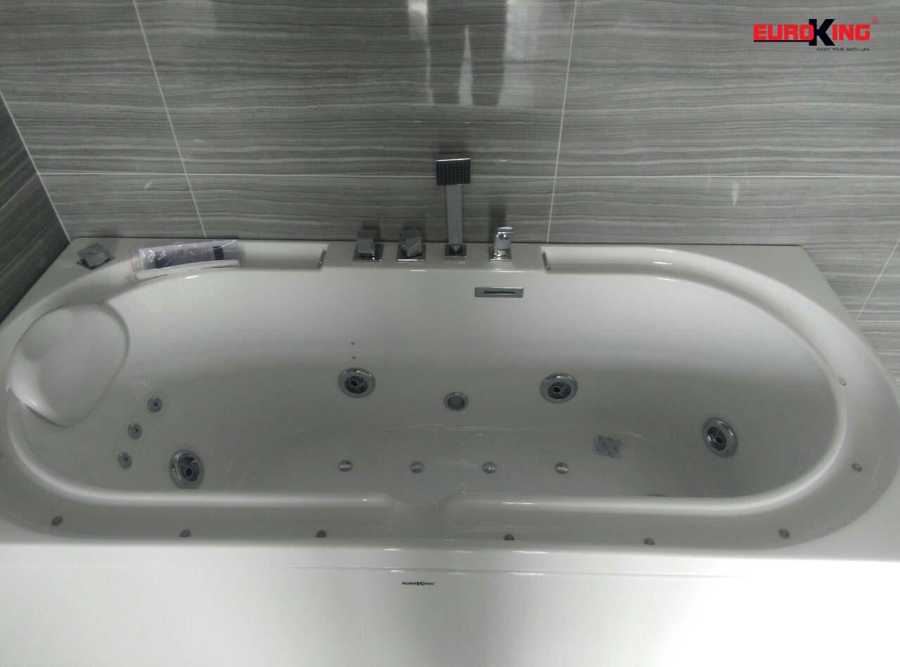 Phía trong lòng bồn của bồn tắm massage EU-1201