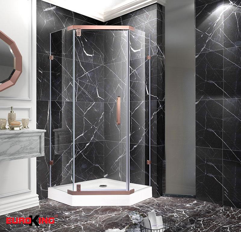 Phòng tắm vách kính với những tấm kính trong suốt tạo nên một không gian ấn tượng cho căn phòng.