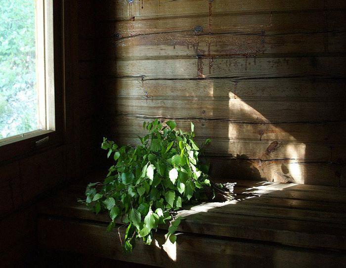 Bó lá bạch dương là một trong những vật liệu gắn liền với phòng xông hơi ở Phần Lan.