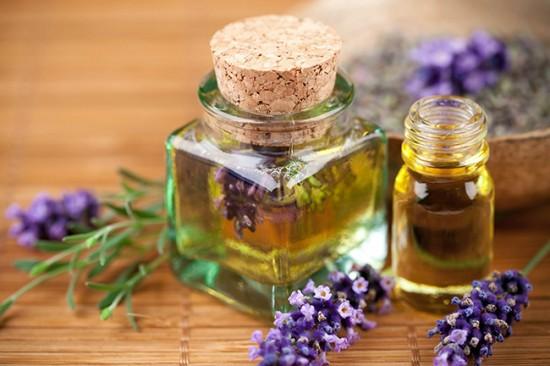 Tinh dầu hoa oải hương sẽ làm phòng ngủ thêm phần lãng mạn